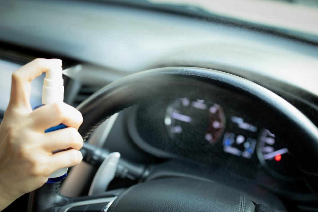 Может стать бесполезным: эксперты объяснили, почему не стоит оставлять дезинфицирующее средство в машине