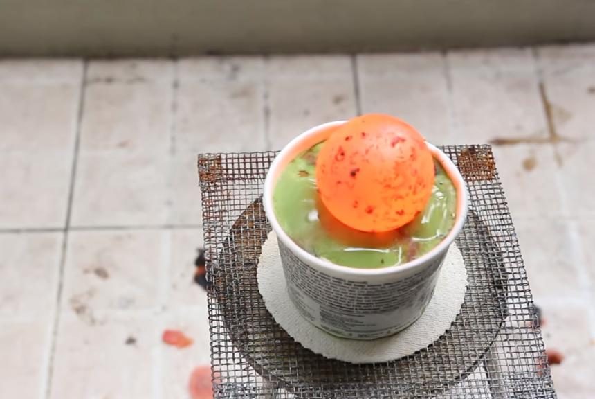 Эксперимент: мужчина взял раскаленный железный шар и поместил в холодное мороженое