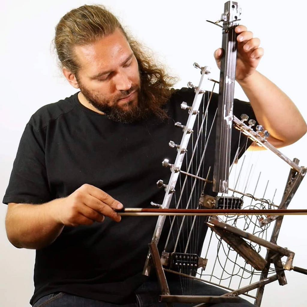 Парень взял консервные банки, трубки из ПВХ и собрал оркестр: никогда бы не подумала, что из мусора может звучать красивая музыка (видео)