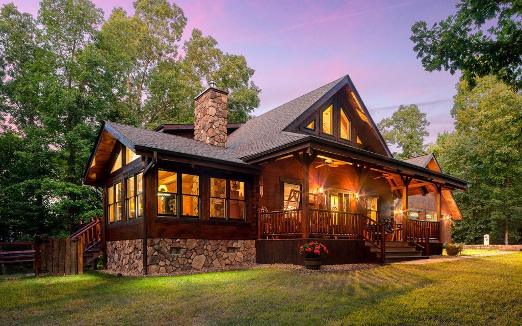 Люди все чаще выбирают бревенчатые дома-они красивые, экономичные и простые
