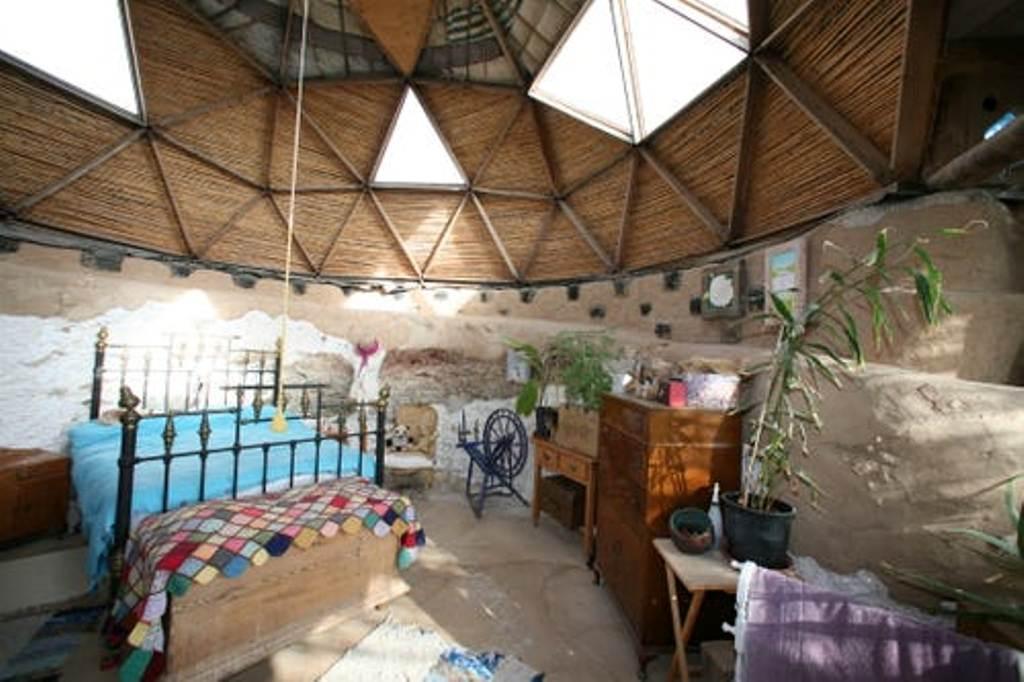 Самый сложный элемент дома - геодезический купол: испанская семья построила земной корабль из шин, бутылок, банок и дверей