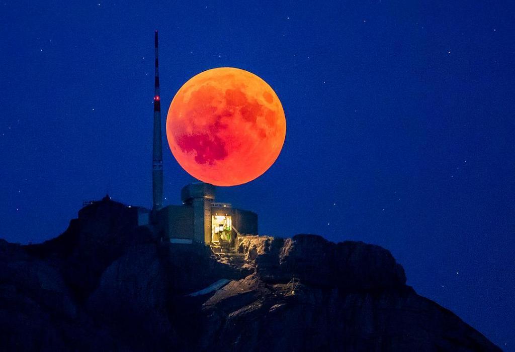 клубничная луна фото даже