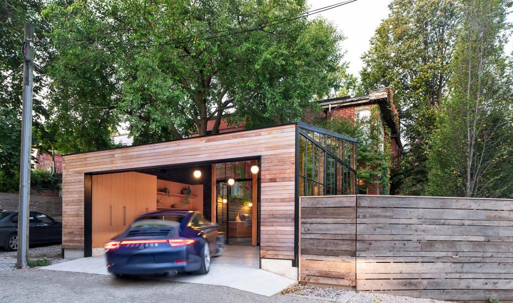 Дизайнеры превратили старый гараж в мастерскую, оранжерею и столовую: фото