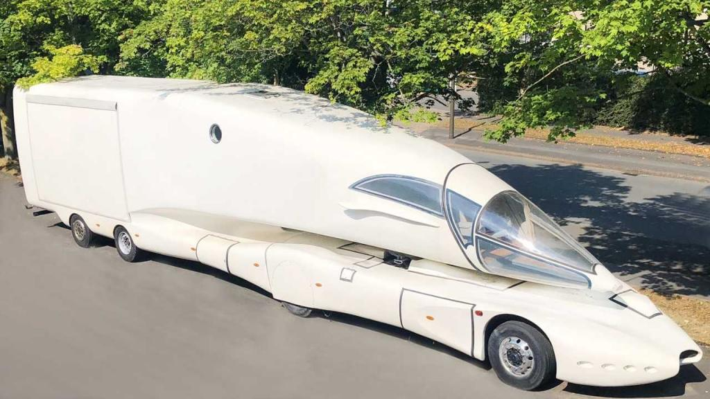 Уникальный грузовик с кабиной истребителя: внутри все минималистично (фото)