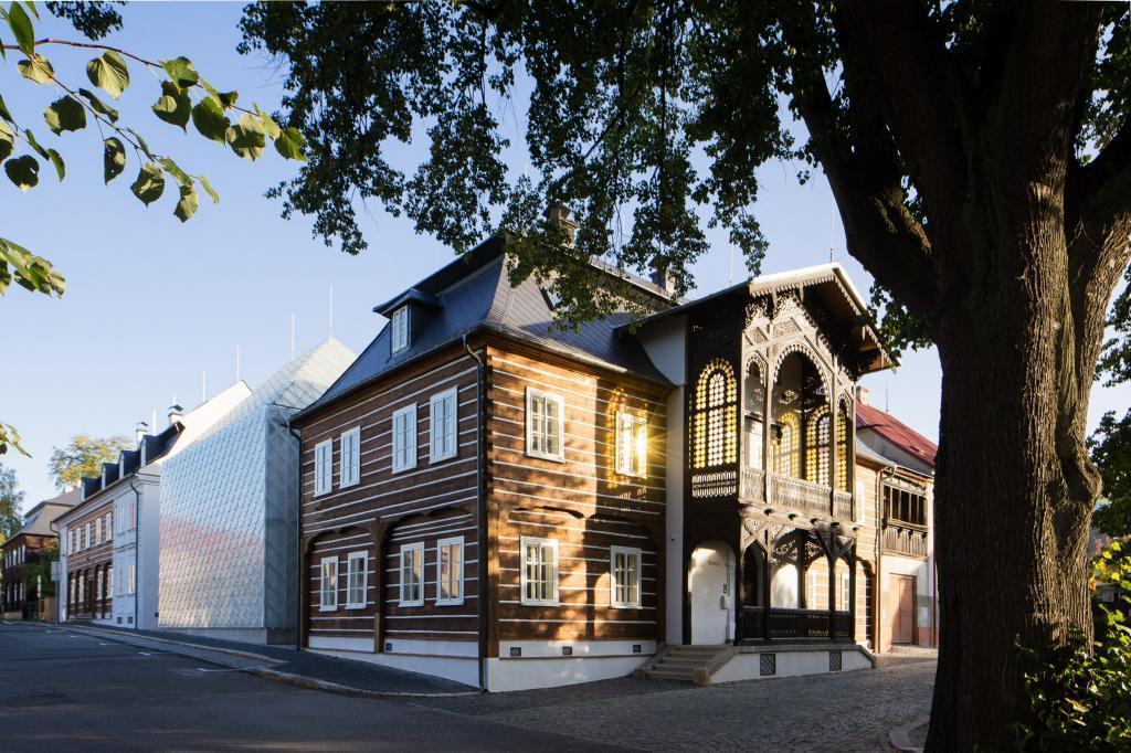 Полупрозрачный стеклянный дом в Чехии не очень вписывается в окружающий пейзаж исторических зданий. Но для офиса стекольной компании лучше не придумаешь (фото)
