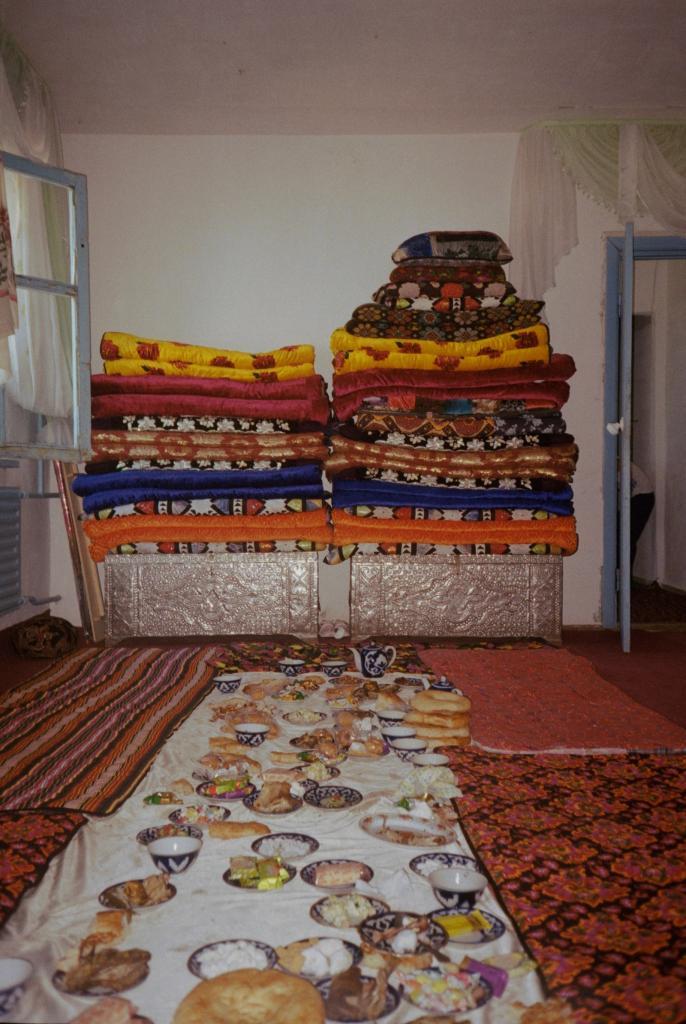 Традиционный плов и богатство семьи в виде матрасов: как выглядит обычная деревенская свадьба в Узбекистане, глазами фотографа Оли Шурыгиной