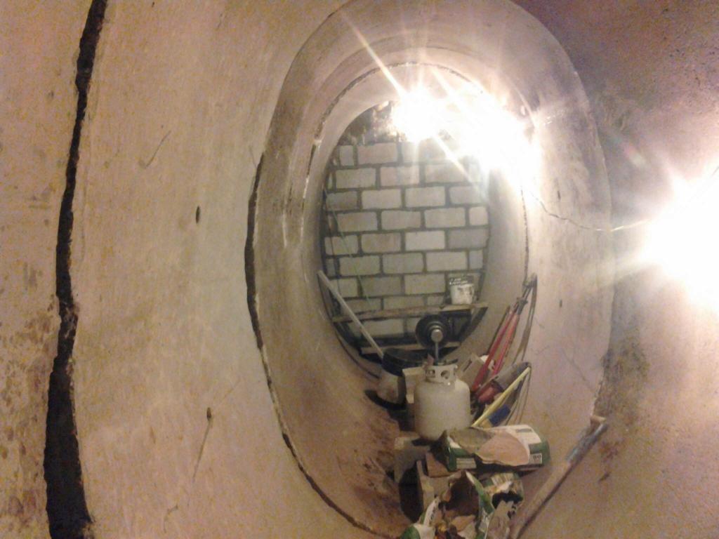 Мужчина взял цементную дренажную трубу и сделал из нее домашний погреб. Соседи оценили его оригинальную идею