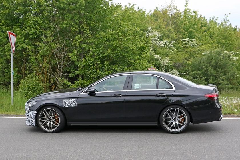 На тестах замечен прототип обновленного 2021 Mercedes-AMG E63: шпионские фото
