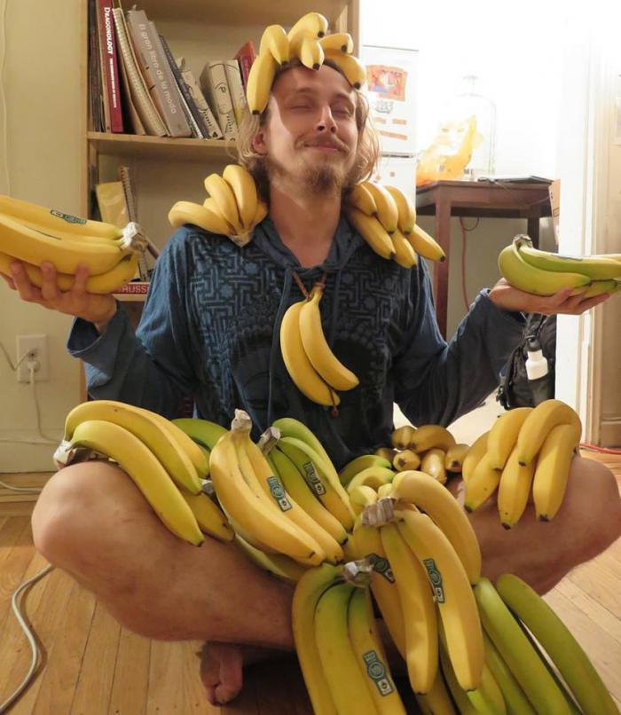 Транс пихает себе банан фото 94-592