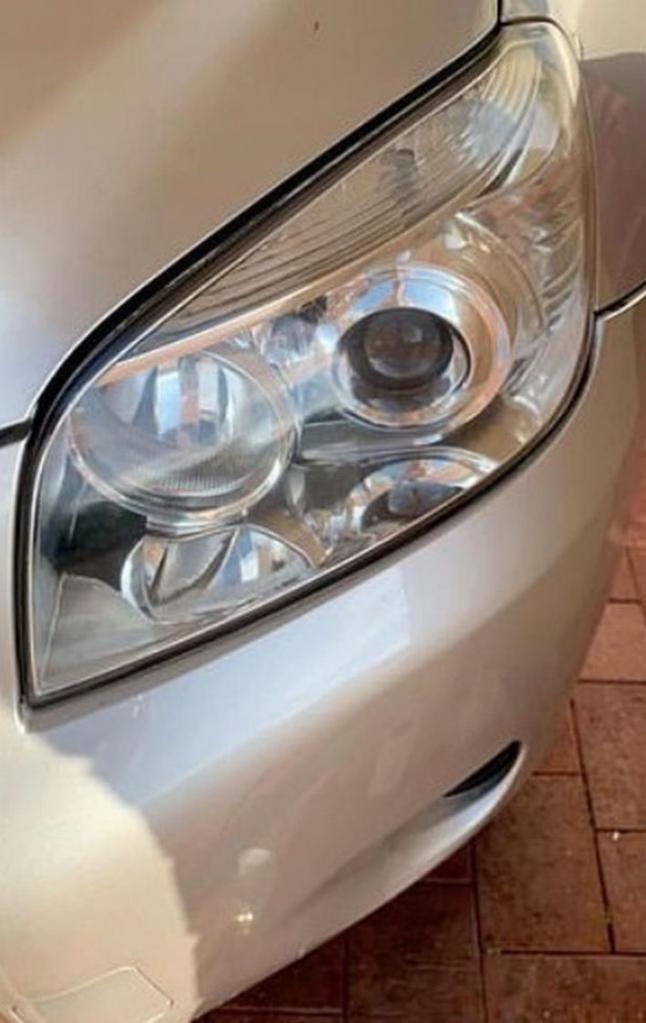 Леони отполировала фары в своем автомобиле до блеска, используя разрыхлитель