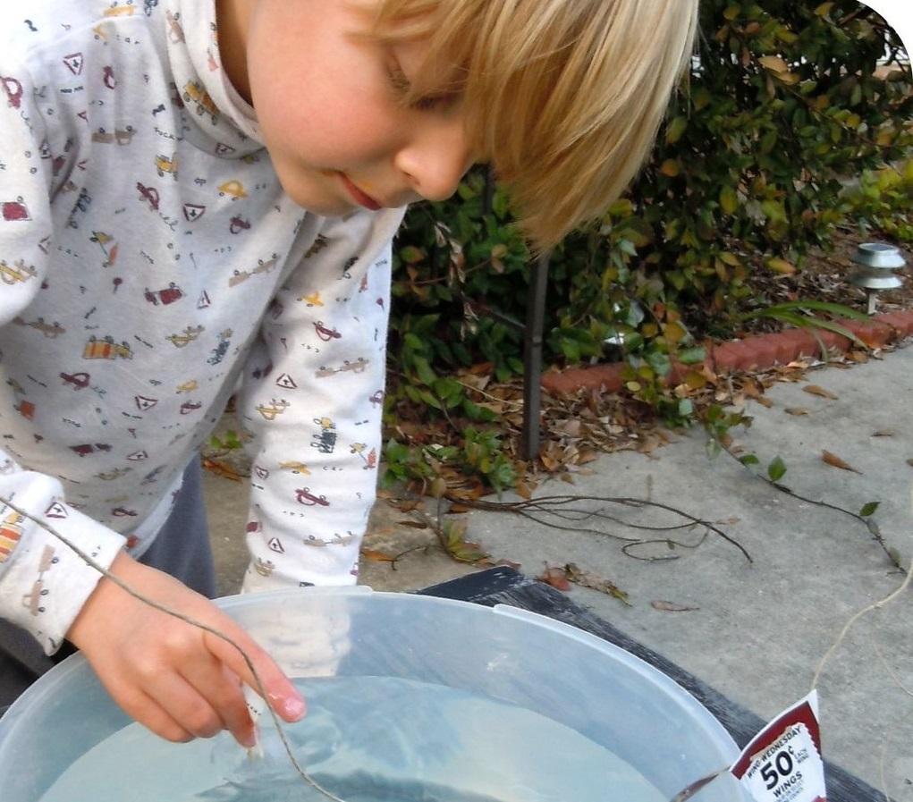 Сделала для сына кораблик изо льда с флагом: удивительно, сколько радости принесла ребенку такая простая игрушка