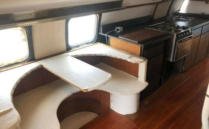 Дом на колесах «Андромеда»: невероятный гибрид самолета и автомобиля с кухней и нестандартной мебелью. Развивает 100 км/час и стоит 119 000 долларов