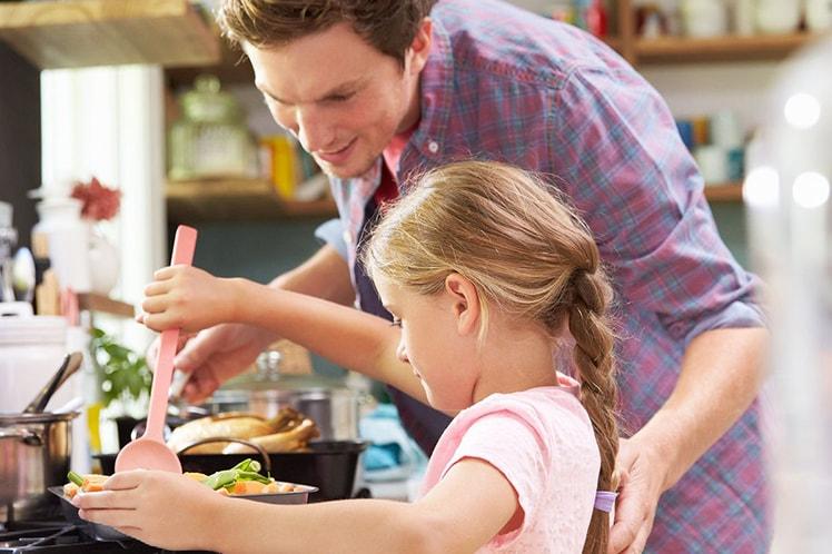 Приготовление еды вместе с детьми – не только кулинарный процесс: комментарии психологов