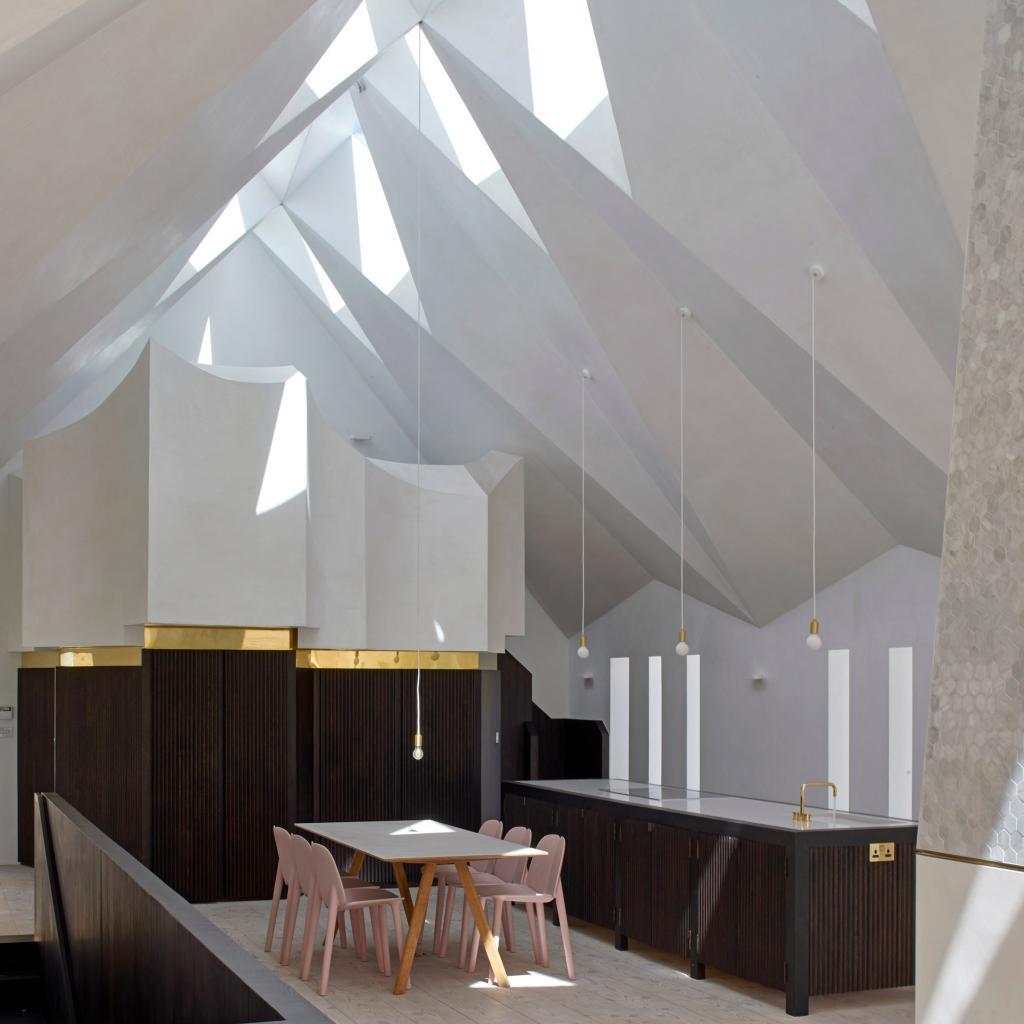 Архитекторы придумали современную граненую готическую крышу для заброшенной часовни. Как она выглядит (фото)