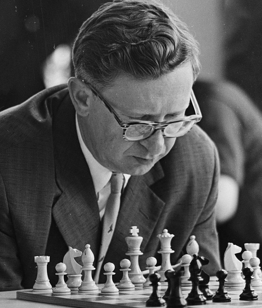 На чемпионате СССР по шахматам гроссмейстер Смыслов хотел признать свое поражение. Но тут в игру вмешалась его жена