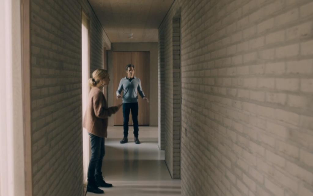 """""""Тебе стоило уйти"""": Кевин Бейкон и Аманда Сайфред представляют новый ужастик о красивом снаружи, но таящем опасность внутри доме"""