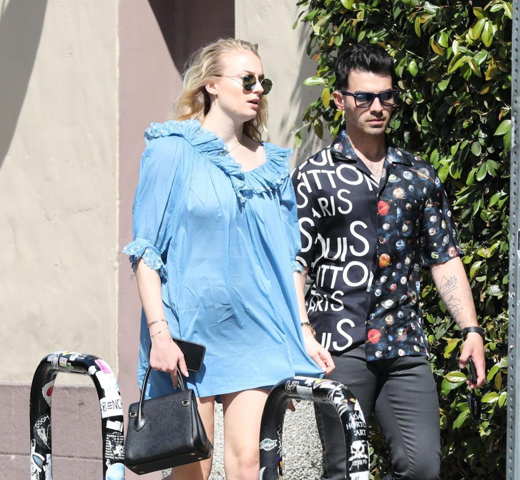 """Актриса из """"Игры престолов"""" рассказала, каково это - быть беременной: Софи Тернер и Джо Джонас поделились, как они проводят время в ожидании ребенка"""