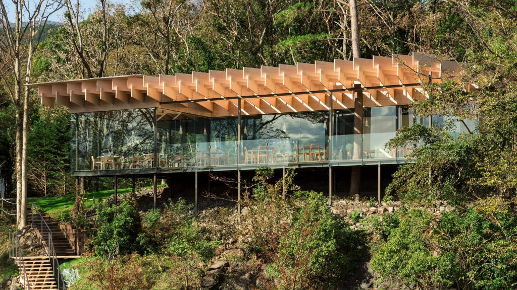 В японский ресторан хочется попасть хотя бы для того, чтобы посмотреть на его дизайнерскую перекрестную крышу (фото)