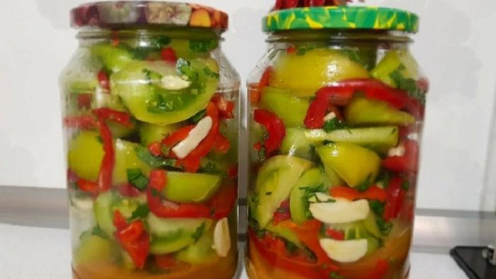 Хрустящие зеленые помидоры обожает вся семья: заготавливаю их побольше