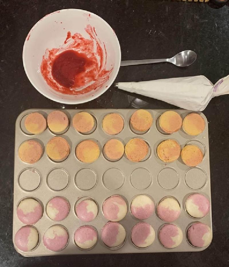 Двухцветные макароны с малиновым джемом и нежным кремом: сладостей получается много, и все они невероятно вкусные