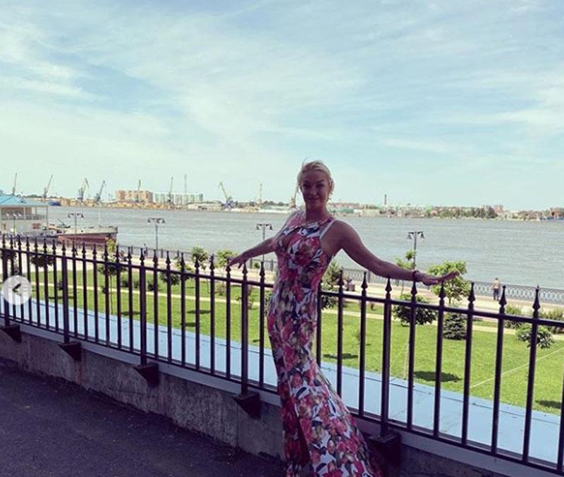 Посещение Анастасией Волочковой храма в Астрахани обернулось критикой из-за наряда: всего-то шубку накинула