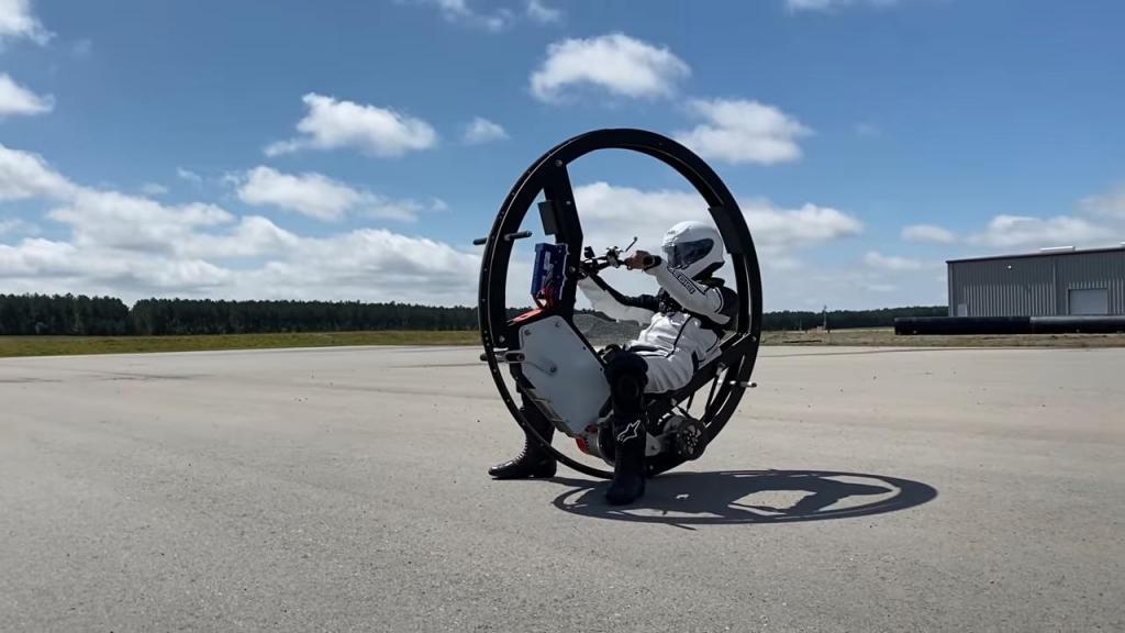 Команда инженеров стремится установить мировой рекорд Гиннесса, создав самое быстрое моноколесо: его скорость более 110 км/час