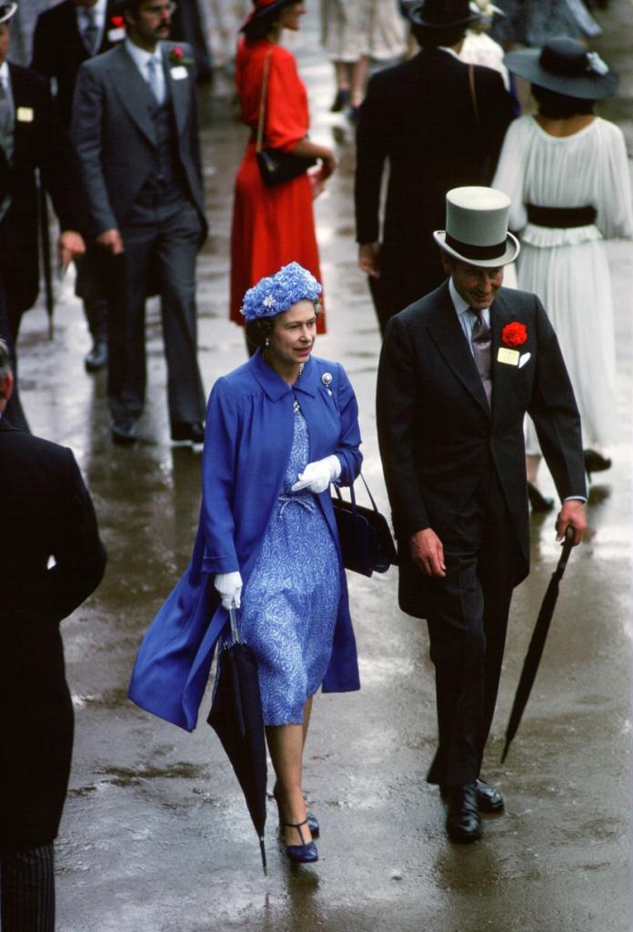"""Ипподром в Аскоте славится еще и """"парадом"""" эксцентричных шляп: лучшие образы королевы Елизаветы с данного мероприятия в фотографиях"""