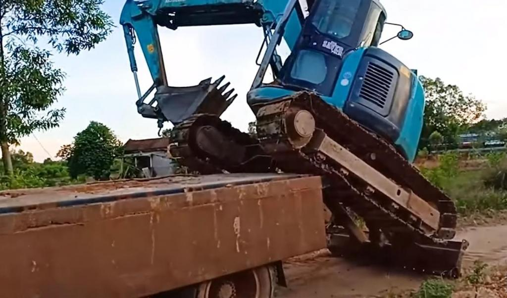 Экскаватор самостоятельно погрузился на платформу грузовика при помощи ковша: видео