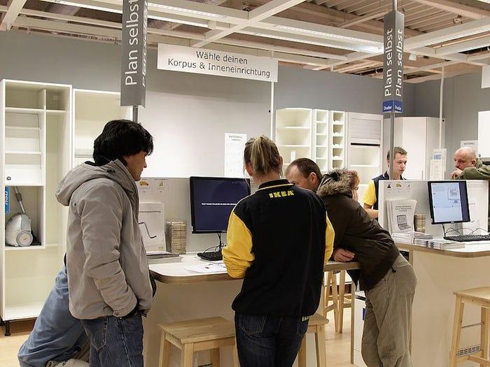 Есть и пить в выставочных зонах не рекомендуется: работники Ikea рассказали о том, что нельзя делать посетителям в магазинах сети