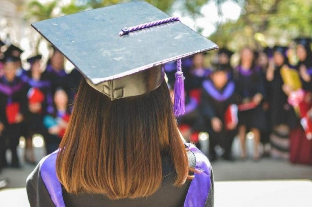 """""""Выпускник-2020"""": мать сфотографировала момент, как ее дочь в пижаме получила диплом об окончании университета"""