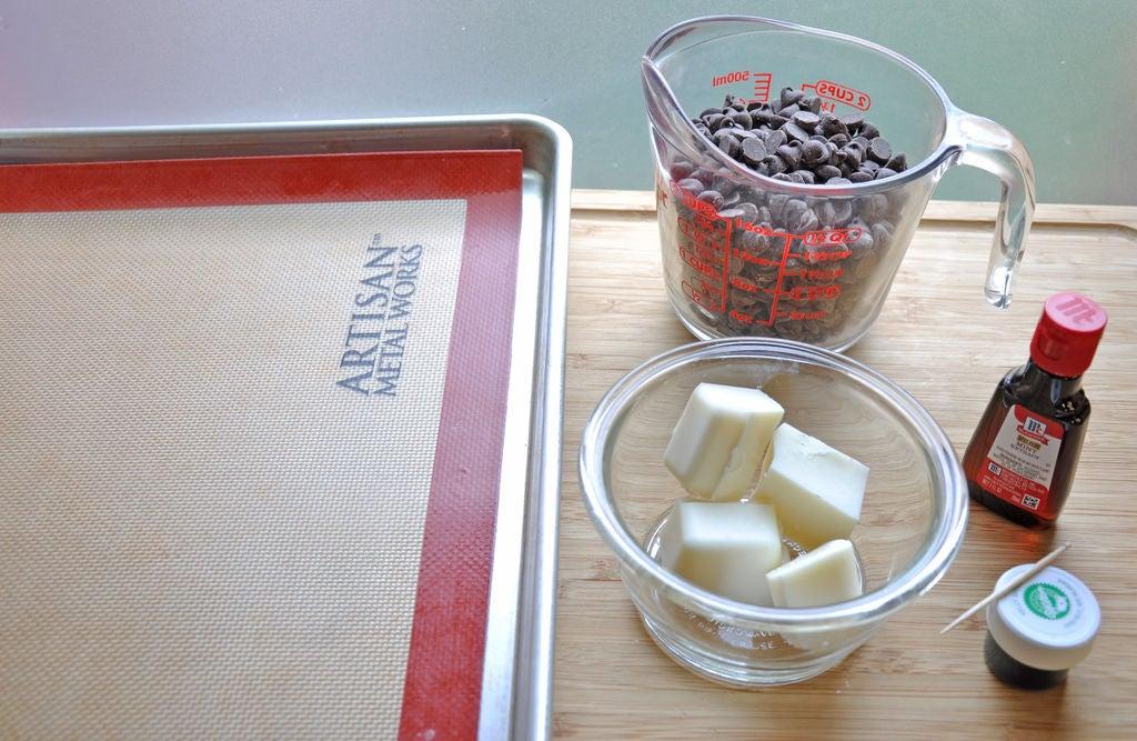 Домашние конфеты с мятой и шоколадной крошкой: подойдут как для подарка, так и для семейного чаепития
