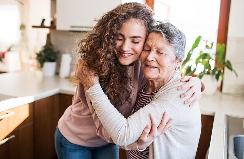Перед своей свадьбой внучка спросила у бабушки, что бы она изменила в жизни, если бы была такая возможность: ответ поразил до глубины души