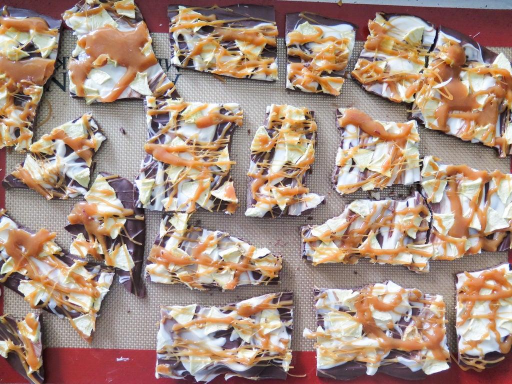 Кусочки яблок и карамель: готовим шоколадное угощение с ароматной начинкой