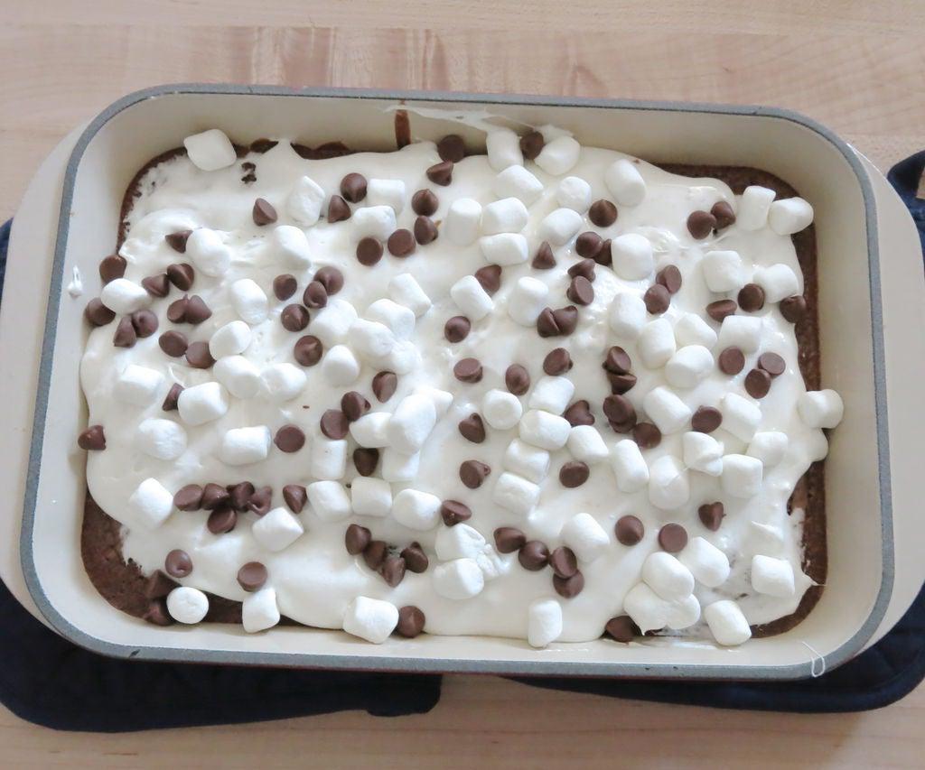 Праздничный пирог на основе брауни: неповторимый вкус десерту придают крекеры и зефир