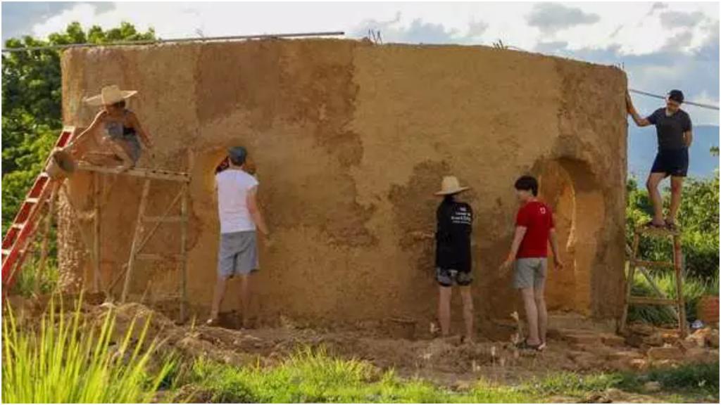 """25-летний Никита Прошин """"застрял"""" в Таиланде из-за коронавируса, а теперь помогает строить местным монахам дома"""