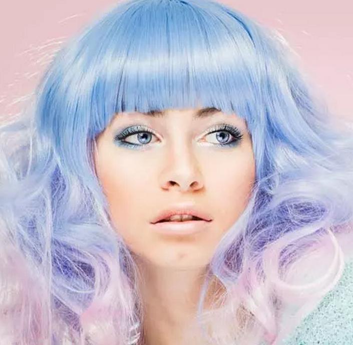 Карантин закончен, можно заняться внешностью. Начните с цвета волос: потрясающие синие и фиолетовые оттенки