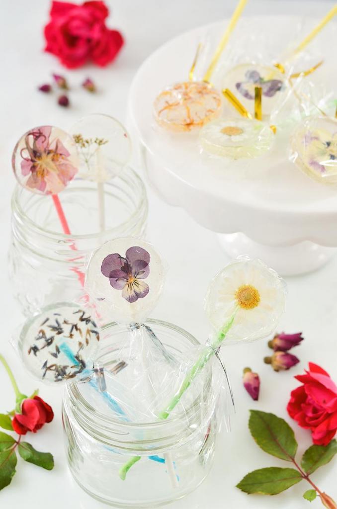 Приготовила для детского праздника вкусные леденцы со съедобными цветами внутри: они стали настоящим украшением стола