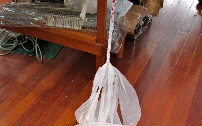 Когда дома скопилось слишком много пакетов, я сплела из них удобную корзинку для мелочей: делюсь лайфхаком