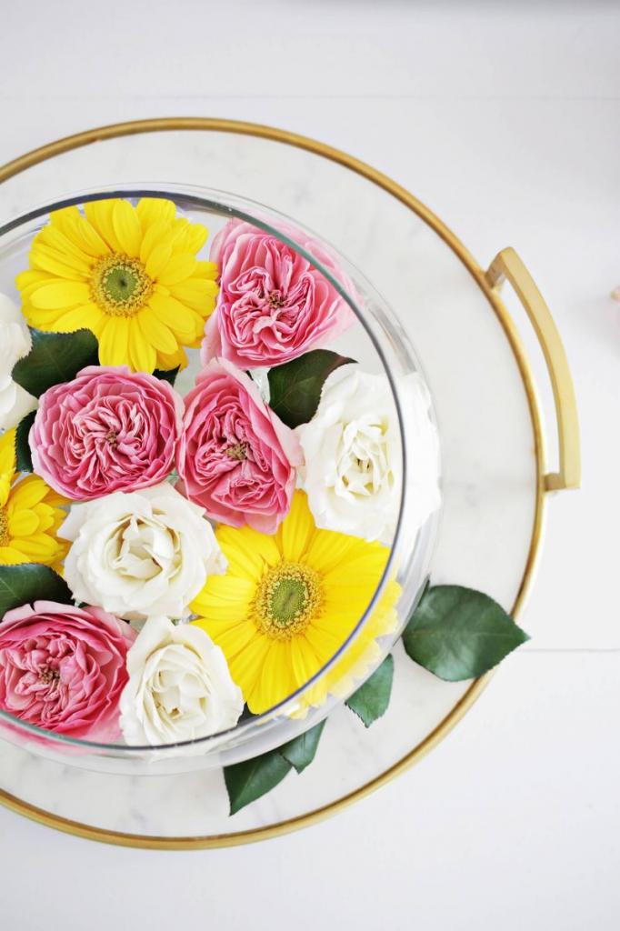 Вместо обычного букета я люблю оформлять живые цветы в красивую декоративную композицию: в ней есть вода, и цветы долго не вянут