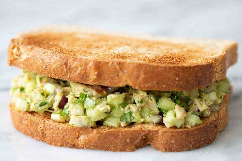 Когда на диете очень хочется бургер, в ход идет рецепт тоста с авокадо и тунцом. Быстро и никакого майонеза