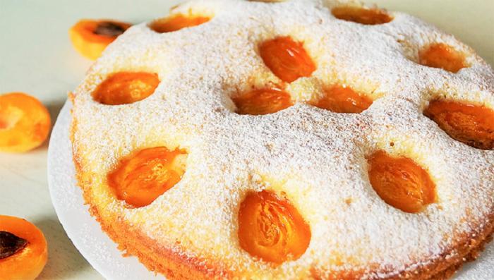 Летом к чаю мои просят приготовить пирог с йогуртом и абрикосами: вкусный, легкий и ароматный