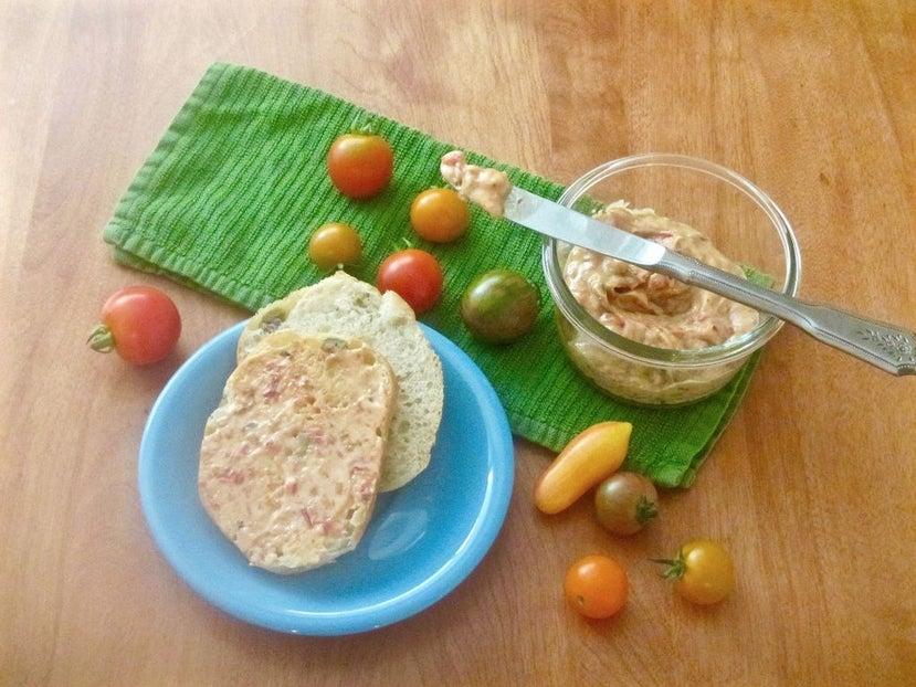 Вкусная намазка на бутерброды всего из двух ингредиентов: понадобятся помидоры и сливочное масло
