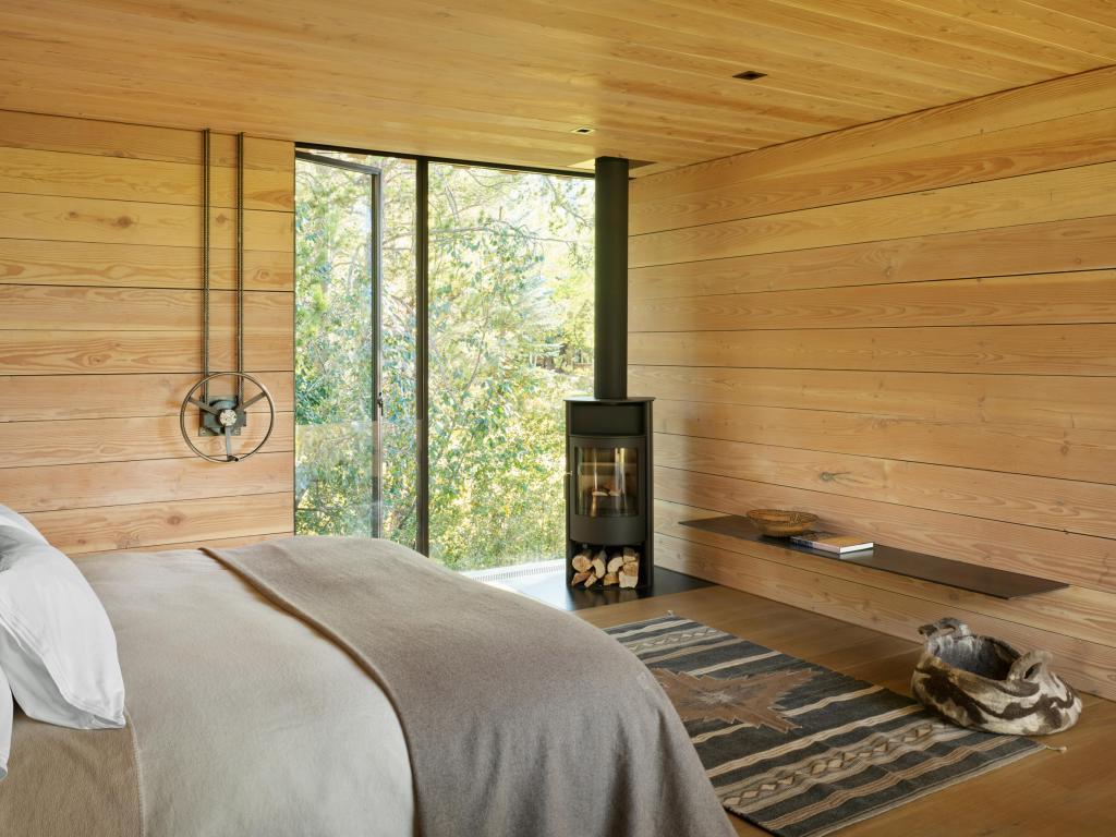 Архитекторы установили большие деревянные ставни на фасаде дома в горной местности, чтобы адаптировать его к меняющимся погодным условиям (фото внутри и снаружи)