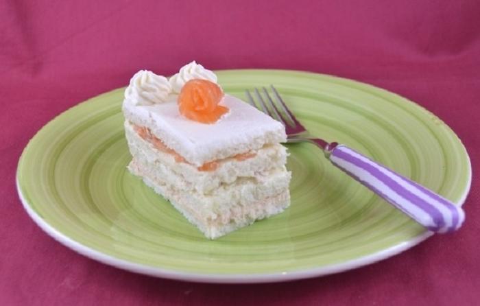 Вместо сладкого десерта приготовила на праздник торт-бутерброд с лососем, курицей и сыром: гости не сразу поняли мой замысел (рецепт)