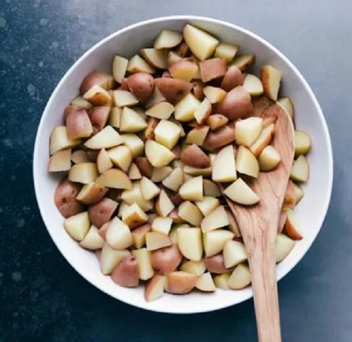 """Приготовила на праздник картофельный салат """"Ранчо"""": гостям понравился - съели без остатка"""