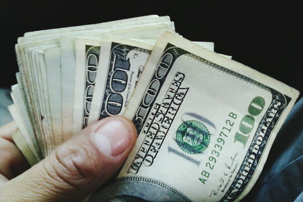 Девушка узнала, что ее парень зарабатывает гораздо больше, чем она считала. Ее реакция показала, насколько деньги влияют на отношения