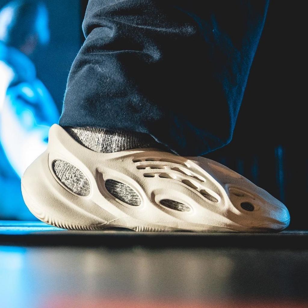 Вчера Канье Уэст объявил о разработке крупной линии одежды, а сегодня уже представил новые беговые кроссовки: возмущению фанатов не было предела