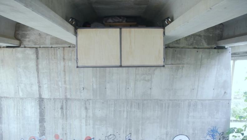 """Мужчина построил себе """"квартиру"""" прямо под мостом. Как она выглядит (фото)"""
