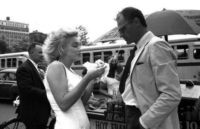 Мэрилин Монро ела хот-доги, но это не мешало ей великолепно выглядеть: редкие фото актрисы во время обеда