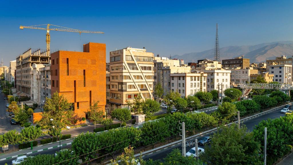 В Иране построили здание из пористого кирпича. Как оно освещается внутри (фото)